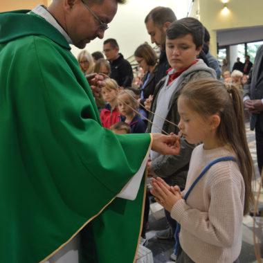Przyjęcie medalików przez dzieci