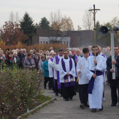 Wspólna modlitwa za zmarłych na osiedlowy cmentarzu
